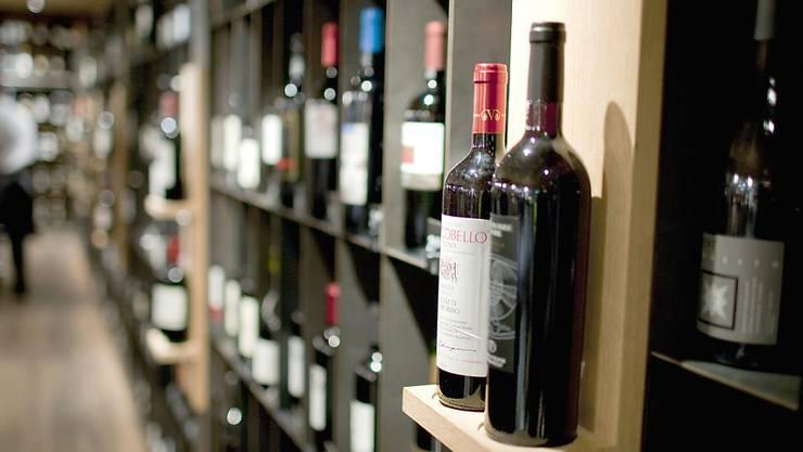 Die Verkäufe von Schweizer Weinen bei Grossverteilern sind rückläufig (Archiv)