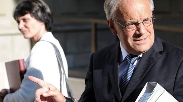 Bundesrat Schneider-Ammann und Bundespräsidentin Calmy-Rey nach einer ausserordentlichen Sitzung zur Frankenstärke am 8. August 2011 in Bern (Archiv)
