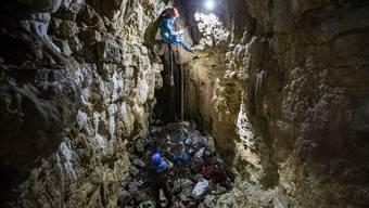 Säckeweise Müll holen Rémy Wenger und sein Team aus der Höhle von Baudichonne im Jura.Pierre Albouy