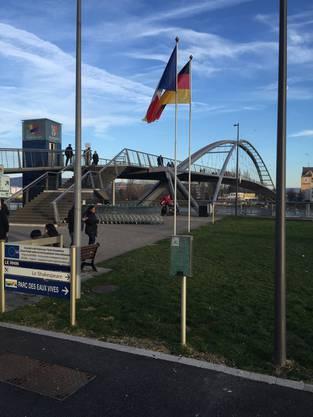 Am Fuss der Brücke sieht man die Einkaufswagen, die die Franzosen vom deutschen Supermarkt auf der anderen Rheinseite mitbringen