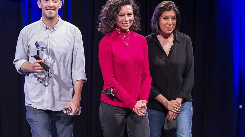 Hauptpreis für die Journalisten (von links) Boris Busslinger, Célia Heron und Sylvia Revello von «Le Temps» für ihre Enthüllungen um Übergriffe und Machtmissbrauch beim Westschweizer Fernsehen RTS.