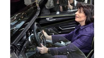 Bundesrätin Doris Leuthard – hier beim Probesitzen am Autosalon 2010 in Genf.