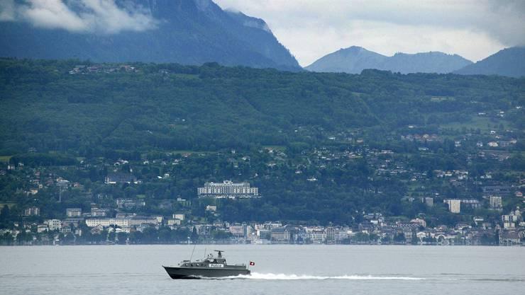 Grenzpatrouille auf dem Genfersee, im Hintergrund das französische Ufer.