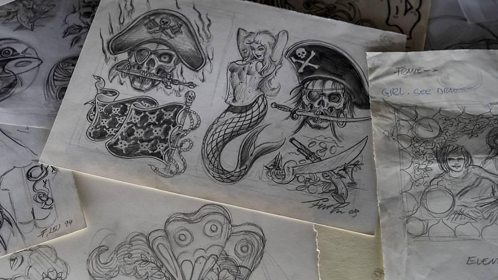 Auf einem grossen Vitrinen-Tisch im Museum Tinguely sind auch Tattoo-Skizzen der Familie Leu zu sehen.
