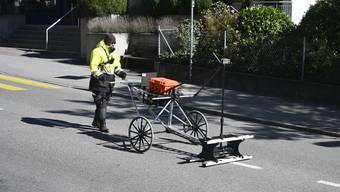 Ein Empit-Mitarbeiter bei der Kontrolle der Leitungen auf der Kapellstrasse.