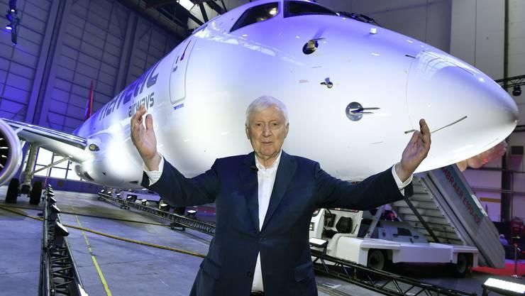 Helvetic Besitzer Martin Ebner strahlt an der Einweihung des Embraer E190-E2 der Helvetic Airways an einem Medienanlass auf dem Flughafen Zuerich im Oktober 2019.