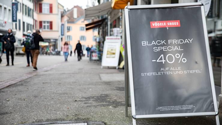 Die Vögele Shoes-Filiale in Solothurn kündigt den Black Friday an. Die ganze Woche gibt es spezielle Angebote.