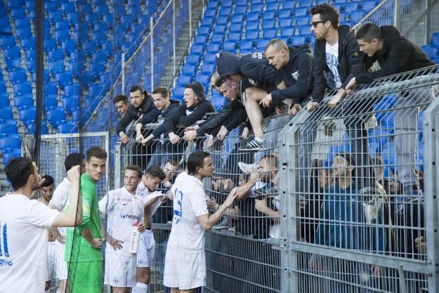 Nach dem Spiel entschuldigen sich FCZ-Spieler bei ihren Fans für ihre schlechte Leistung.