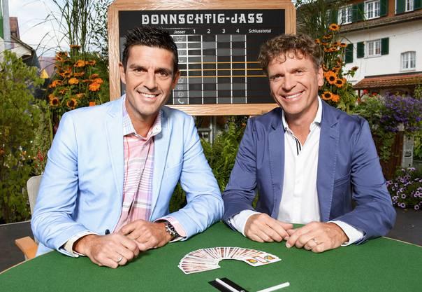 """Donnschtig-Jass""-Moderator Roman Kilchsperger und Jass-Schiedsrichter Dani Müller vor ihrem letzten gemeinsamen Jass-Sommer."