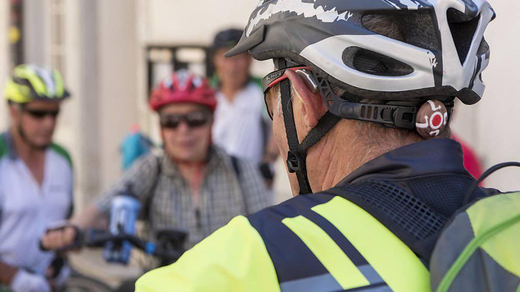 Erstmals seit Beginn der Erhebungen vor zwanzig Jahren durch die Beratungsstelle für Unfallverhütung tragen mehr als die Hälfte der Velofahrenden einen Helm.