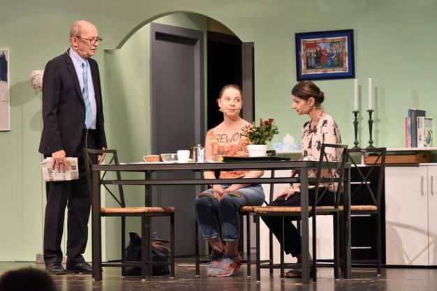 Fritz und Irene Ziegler (Peter Rathgeb und Andrea Keller) nehmen Tochter Julia (Sheila Meier) ins Gebet.