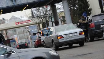 Grenzgänger am Zollübergang Lörrach-Riehen.