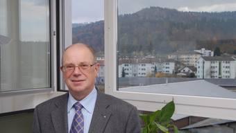 Walter Benz, 64: Der Neuenhofer Gemeindeammann ist verheiratet, 64 Jahre alt, von Beruf Treuhänder mit eigener Firma (Interna) in Neuenhof (20%-Job neben dem Ammannamt), wo er von seiner Frau Rosita unterstützt wird. Sohn Thomas führt dort eine gleichnamige Informatikfirma. Energie tankt Walter Benz jeweils auf dem täglichen Morgenspaziergang oder bei der Arbeit mit seinem Hovawart-Rüden Onyx. Seit 1. 2. 2001 ist er Gemeindeammann von Neuenhof. 1983 wurde er Gemeinderat an seinem vorherigen Wohnort Turgi, von 1990 bis 1992 war er dort Ammann. (Foto: Roman Huber)