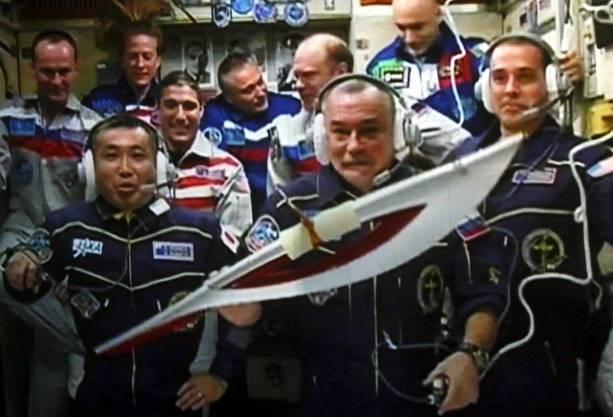 Die Olympische Fackel in der Raumstation ISS