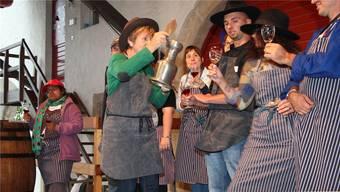 Die im rebberg arbeitenden Schlossbewohnerinnen und -bewohner kredenzen den Festwein.