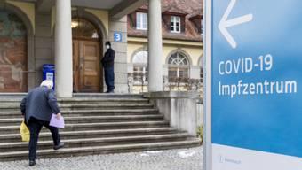 Der Impfstoff im Aargau ist weiterhin knapp. Vorrang haben deshalb über 75-Jährige sowie chronisch kranke Personen.