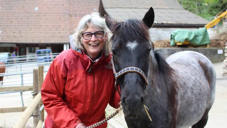 Doris Unseld mit dem New-Forest-Pony Blue. Sie führt den Ponyhof Schwarzenberg seit über 30 Jahren. mei