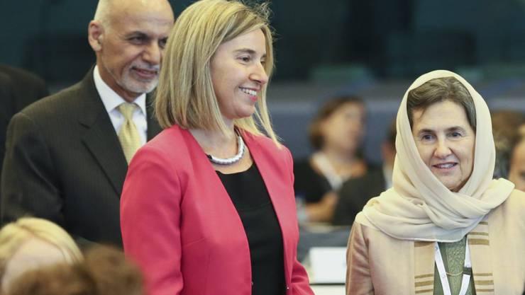 Die EU-Chefdiplomatin Federica Mogherini mit dem afghanischen Präsidentenehepaar Ghani: Die EU-Staaten verknüpften neue Hilfszahlungen an das Land mit dem Abschluss eines Vertrags, der die Abschiebung von afghanischen Migranten aus der EU erleichtert.