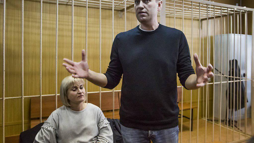 Kreml-Kritiker Alexej Nawalny (rechts) ist zu 15 Tagen Haft verurteilt worden.