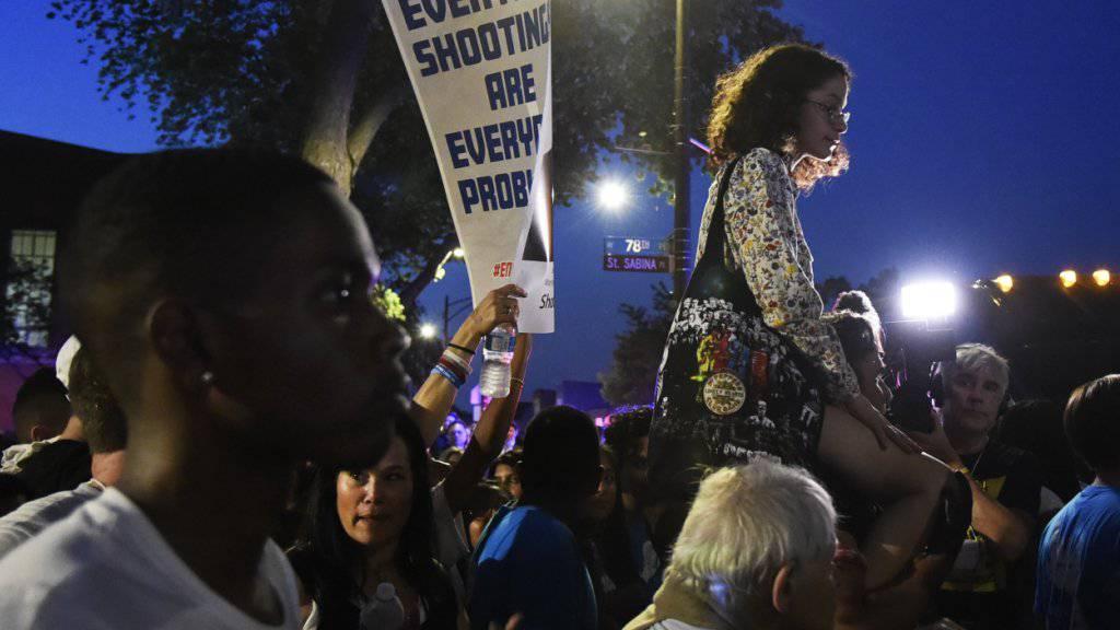 Kundgebung der Parkland-Überlebenden in Chicago, zu Beginn ihrer Bustour