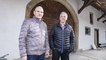 Fabian Wetter (links) von Schmid Immobilien AG Oris und Architekt Andreas Scherer vor der Zehntenscheune.
