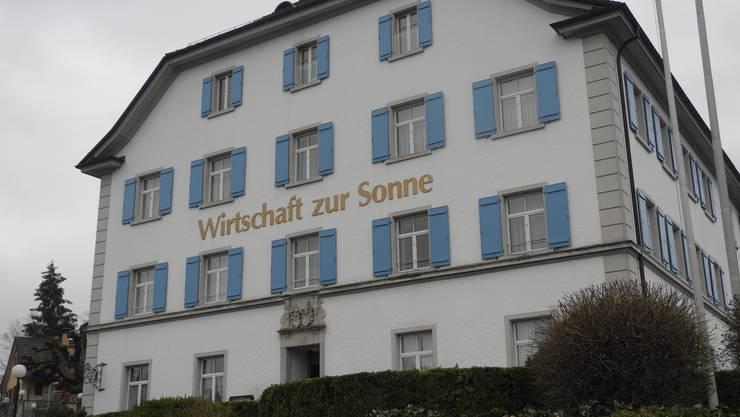 Das heutige Geschäftshaus mit der Wirtschaft zur Sonne in Urdorf wurde 1526 als Kurhaus und Badhotel erbaut.