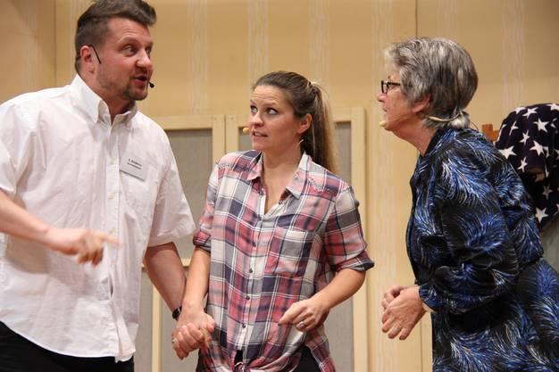 Die Schauspieler der Theatergruppe Brunegg fühlen sich in ihren Rollen sichtlich wohl.