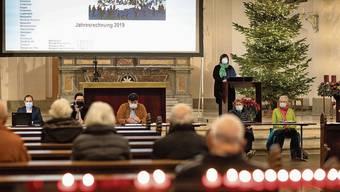 Kirchgemeindepräsidentin Monique Rudolf von Rohr (stehend) und der neue Rat bei seiner ersten Gemeindeversammlung.