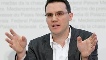 Politikwissenschafter Georg Lutz hat untersucht, wie viel Geld die National- und Ständeratskandidaten 2015 in den Wahlkampf gesteckt haben: 29 Millionen Franken. (Bild: Keystone (Bern, 29.10.2010)).