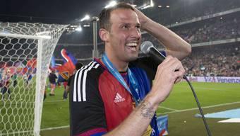 Marco Streller feiert nach seinem letzten Meisterschaftsspiel für den FCB.