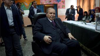 Algeriens Präsident Abdelaziz Bouteflika bei der Stimmabgabe für die Parlamentswahl 2017 in Algier. Billal Bensalem/Getty