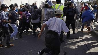 Hunderte Menschen aus dem Flüchtlingstreck aus Zentralamerika haben in der mexikanischen Stadt Tijuana die Grenze zu den USA gestürmt.