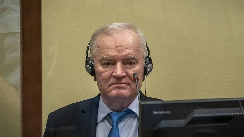 Der ehemalige bosnisch-serbische Militärchef Ratko Mladic sitzt im Gerichtssaal. Mladic ist wegen des Völkermords von Srebrenica auch in letzter Instanz zu lebenslanger Haft verurteilt worden. Foto: Jerry Lampen/Pool ANP/AP/dpa