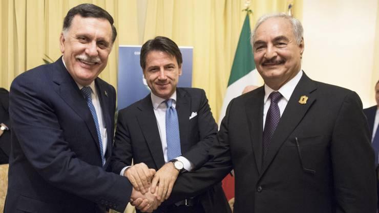 Handshake für die Kameras (von links nach rechts): der starke Mann im Osten Libyens, Khalifa Haftar, der italienische Ministerpräsident Giuseppe Conte und der hauptsächlich in Tripolis handlungsfähige offizielle libysche Regierungschef Fayez al-Sarradsch in Palermo.