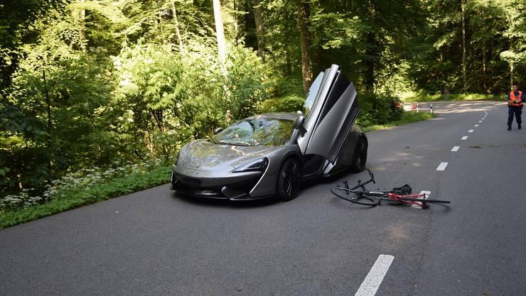 Dornach SO, 20.Juni: Auf der Gempenstrasse in Dornach kollidierte ein Sportwagenlenker mit einem Fahrradlenker. Dabei wurde der Zweiradfahrer schwer verletzt und musste mit einem Rettungshelikopter in ein Spital geflogen werden. Die Strasse zwischen Dornach und Gempen musste gesperrt werden.