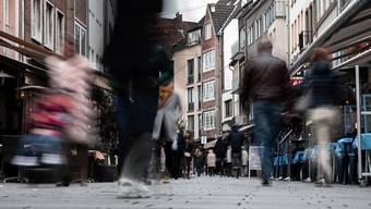 Passanten in der Düsseldorfer Altstadt. Foto: Fabian Strauch/dpa