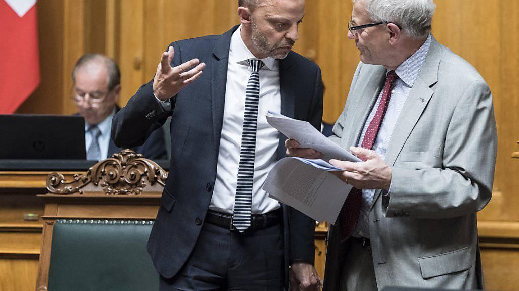 Der Nationalrat hat am Mittwoch eine hitzige Debatte zur Selbstbestimmungsinitiative geführt. Im Bild Hans-Ueli Vogt (SVP/ZH), links, und Kurt Fluri (FDP/SO). Die beiden sind nicht einer Meinung. (Archiv)