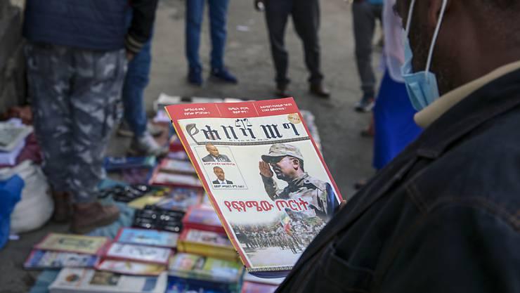 ARCHIV - Äthiopier lesen Zeitungen und Zeitschriften, die über die aktuelle militärische Konfrontation im Land berichten. Foto: Samuel Habtab/AP/dpa