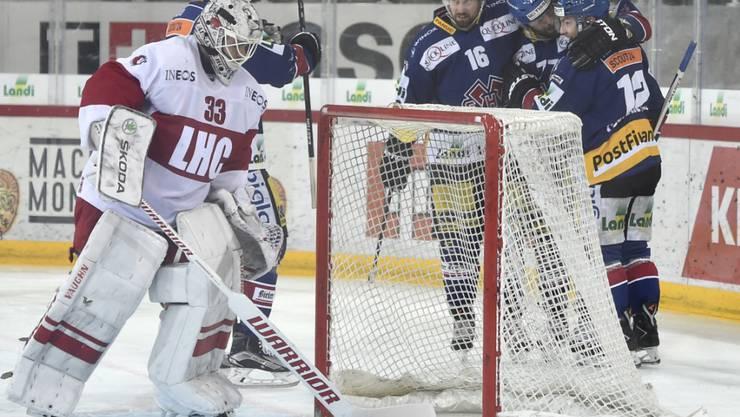 Lausannes Goalie Pascal Caminada ist geschlagen, die Bieler jubeln hinter dem Torider)