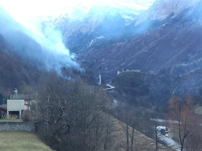 Erst bei Tagesanbruch kann mit den Löscharbeiten begonnen werden (© Kantonspolizei Graubünden)