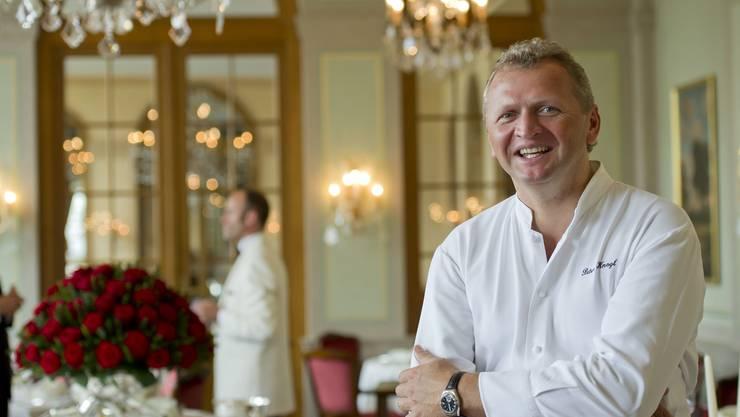 Peter Knogl im Saal des «Cheval Blanc»: Nun darf er sich zur Drei-Sterne-Elite des Guide Michelin zählen. (Archiv)