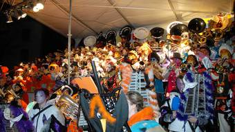 Für das Monsterkonzert versammelten sich zehn Guggen aus der Region auf der Bühne des Theaterplatzes.
