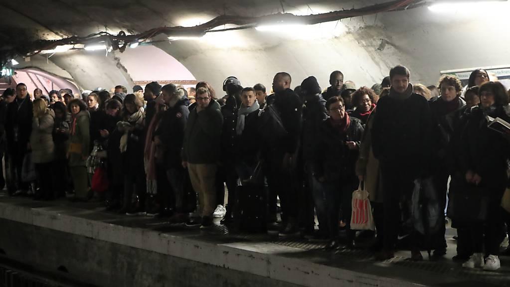 Grosser Andrang in den Pariser Metro-Stationen. Wegen der Streiks gegen die geplante Rentenreform fallen im Grossraum Paris viele U-Bahnen und nahverkehrszüge aus. (Archivbild)
