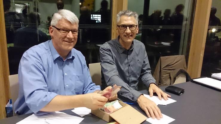 Der neue Kassier Erich Schindler (rechts) wird von Guido Wehrli eingearbeitet.