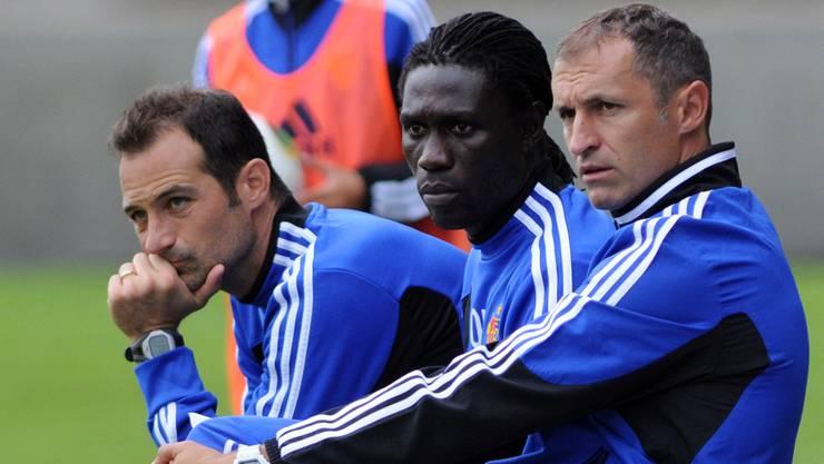Konzentriert am Spielfeldrand: Thomas Häberli (vorne) mit Ousmane Ndong und Torhütertrainer David Inguscio.Aeschbach