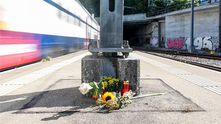 Blumen und Kerzen erinnern am Bahnhof Baden an den tödlichen Unfall:Hier wurde in der Nacht auf Sonntag ein SBB-Kundenbegleiter eingeklemmt und mitgeschleppt. Bild: Sandra Ardizzone (8. August 2019)