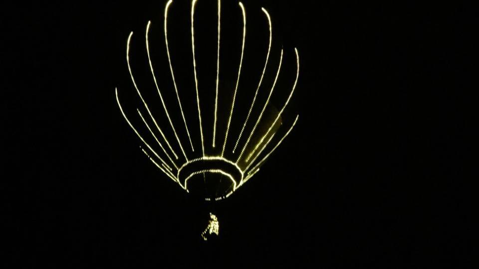 Ballonpilot fährt ohne Korb und mit vielen Lichtern über die Ostschweiz