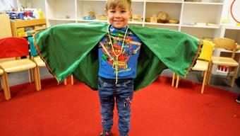 Kinder beim Nähen von Drachencapes für die Fasnacht im Kindergarten Knöpfli in Selzach