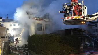 Beim Hausbrand in Schwanden wurde eine Person getötet, eine weitere Person erlitt schwere Verbrennungen.