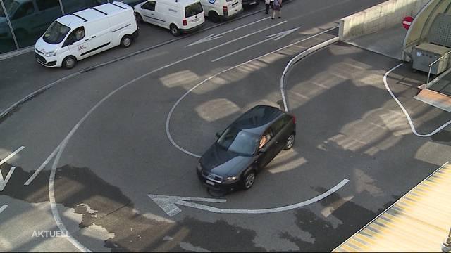 Blick von oben auf die Ausfahrt. Geradeaus über die ausgezogene Linie zu fahren ist verboten.